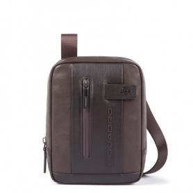Die Piquadro Urban Tasche trägt die dunkelbraunen Mini-Pads CA3084UB00 / TM