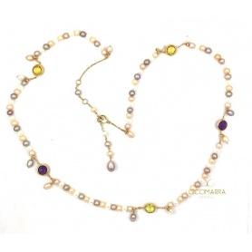 Mimì Glückliche lange goldene Halskette mit Perlen und mehrfarbigen Edelsteinen