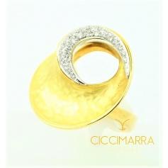 Vendorafa ring in hammered gold and diamonds