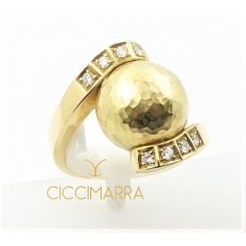 Vendorafa Sfera Ring aus gehämmertem Gold und Diamanten