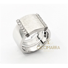 Vendorafa ring band in shiny and hammered white gold