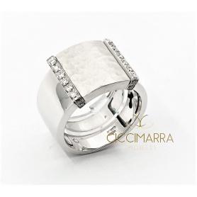 Vendorafa ring band in shiny and hammered white gold