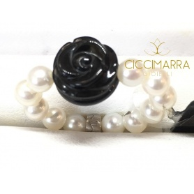 Elastic Mimì ring in white pearls and black rose