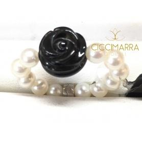 Elastischer Mimì Ring aus weißen Perlen und schwarzer Rose